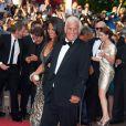 """Jean-Paul Belmondo remonte les marches du palais des festivals, lors du 64e festival de Cannes, à l'occasion de la projection du documentaire """"Belmondo, itinéraire..."""" La sulfureuse Barbara Gandolfi est à ses côtés ! Le 17 mai 2011"""