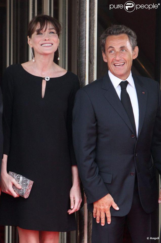 Carla-Bruni Sarkozy (enceinte) et son époux Nicolas Sarkozy sur le perron du Ciro's, à Deauville, le 26 mai 2011.
