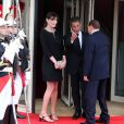 Carlita, enceinte, et Nicolas Sarkozy accueillent Silvio Berlusconi au Ciro's, à Deauville.