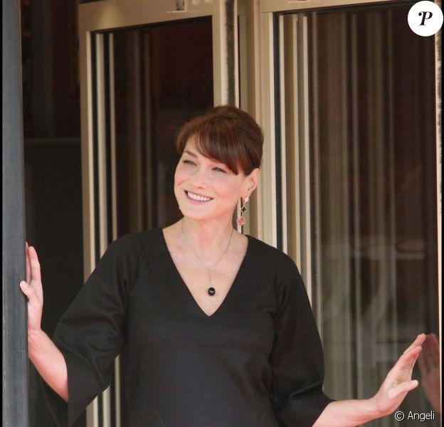 Carla Bruni-Sarkozy enceinte reçoit les conjoints et conjointes des membres de la délégation du sommet du G8, à Deauville.