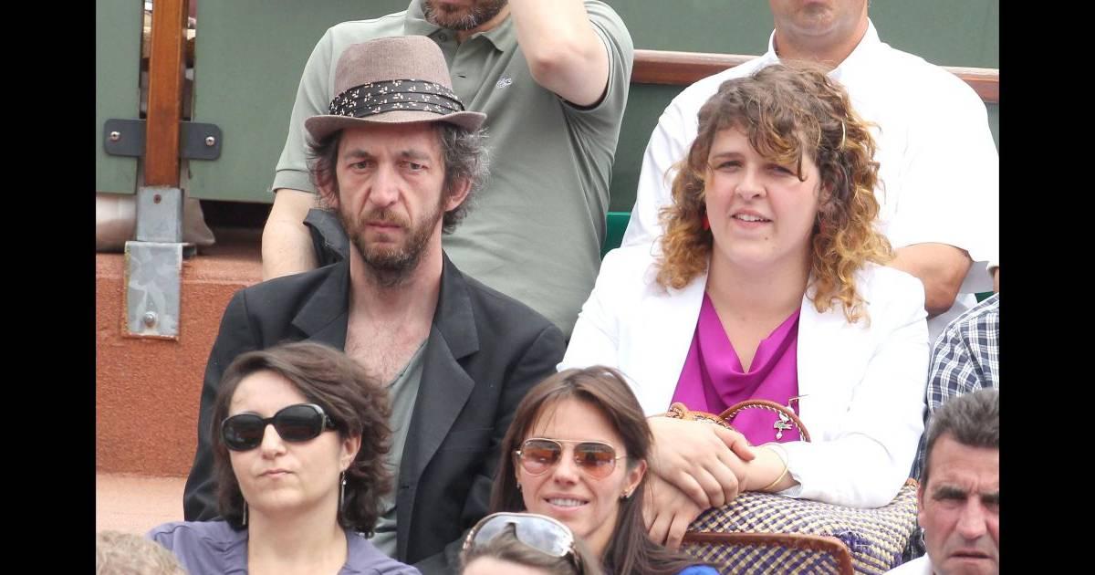 arthur h et sa femme au tournoi de roland garros le lundi 30 mai 2011. Black Bedroom Furniture Sets. Home Design Ideas