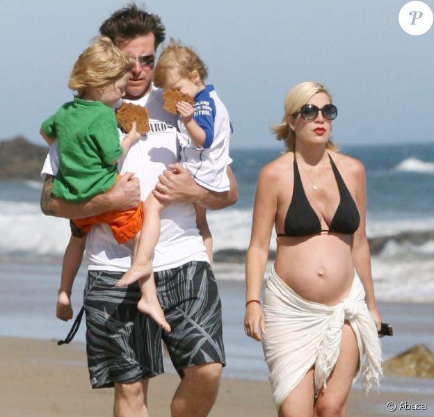 Tori Spelling se balade avec son mari Dean McDermott et leurs deux enfants, Liam, 4 ans, et Stella bientôt 3 ans, sur une plage de Malibu le 30 mai 2011.