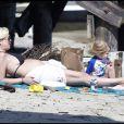 Tori Spelling, enceinte, passe la journée à la plage avec son mari Dean McDermott et leurs enfants Liam et Stella. Le 30/05/2011 à Malibu