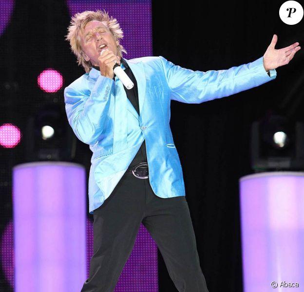 Rod Stewart se produit sur la scène de l'hippodrome de Newbury, le dimanche 29 mai 2011. Il a revêtu une belle veste bleue !