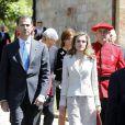 Look classique pour Letizia d'Espagne qui apporte cependant une petite touche de fantaisie avec une ravissante pochette orangée et des escarpins colorés.  Espagne, 31 mai 2011