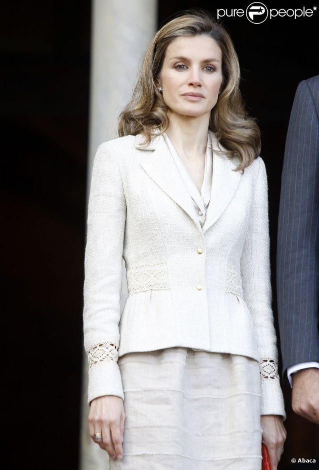 La princesse Letizia d'Espagne a l'air fatigué lors d'une cérémonie officielle. Espagne, 31 mai 2011