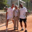 Denid Brogniart et Sylvain Wiltord prennent la pose avec le président de la FFT Jean Gachassin lors du Trophée des Personnalités à Roland Garros, organisé par Framboise Holtz. Le 1er juin 2011