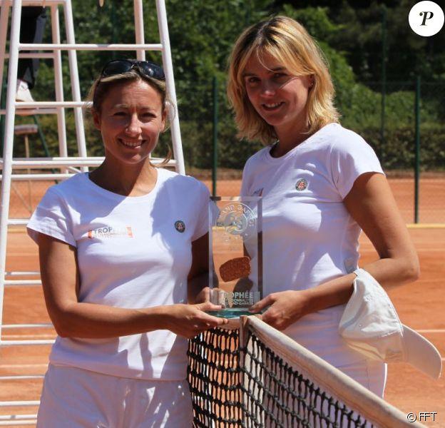 Fair play, Anne-Sophie Lapix prend la pose avec la gagnante du Trophée des Personnalités à Roland Garros, Marine Vignes ! Le 1er juin 2011