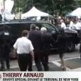 """DSK et son épouse Anne Sinclair quittent le tribunal de New York, le 6 juin 2011. Elles crient """"Shame on you"""" (""""Honte à toi"""") !"""