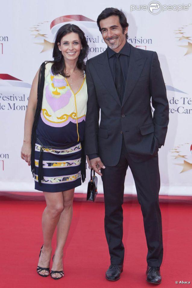 Adeline Blondieau (enceinte) lors du Festival de Télévision de Monte-Carlo, le 6 juin 2011. Son compagnon Laurent est à ses côtés.