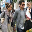 Jessica Alba en famille, entourée de Cash Warren et leur fille Honor à Beverly Hills le 11 juin 2011