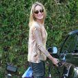 Sharon Stone retourne à sa voiture après avoir fait du shopping à Los Angeles, le 14 juin 2011.