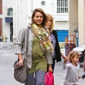 Jessica Alba enceinte et tout sourire, entourée des femmes de sa vie