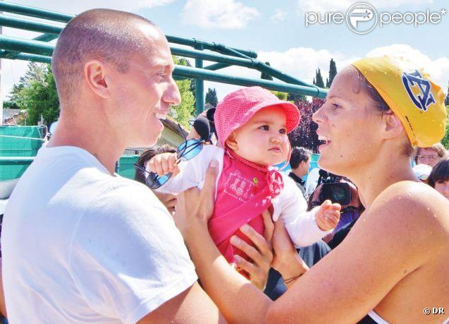 Au meeting de Carcassonne, le dimanche 19 juin 2011, Laure Manaudou et son chéri Frédérick Bousquet ont enfin permis aux médias de découvrir la bouille de leur fille Manon, née le 2 avril 2010 !