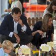 """"""" Aux côtés des enfants, Letizia d'Espagne et le prince Felipe réussissent leur opération charme. Gérone, 22 juin 2011 """""""