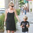 Sharon Stone et son fils Laird en pleine séance shopping à Beverly Hills le 24 juin 2011. Le petit garçon a eu des jouets lego Star Wars.