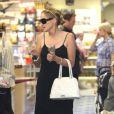Sharon Stone passe du temps avec son fils Quinn à Beverly Hills le 24 juin 2011. Au programme : le magasin de jouets.