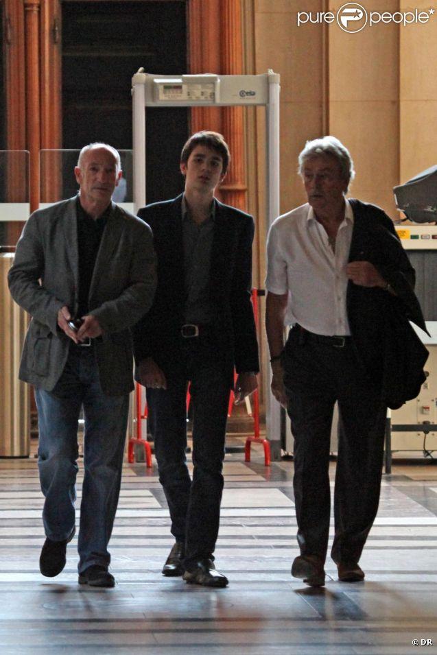 Alain Delon sort du bureau de la juge des affaires familiales en   compagnie de son fils Alain-Fabien, dont il a obtenu la garde. Photos   exclusives.