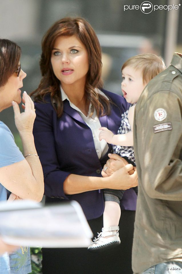 Tiffani Thiessen se promène à New York City, jeudi 30 juin 2011, avec sa fillette Harper Renn Smith.