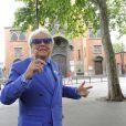 Michou est partout chez lui dans le quartier de Montmartre, le 15 juin 2011.