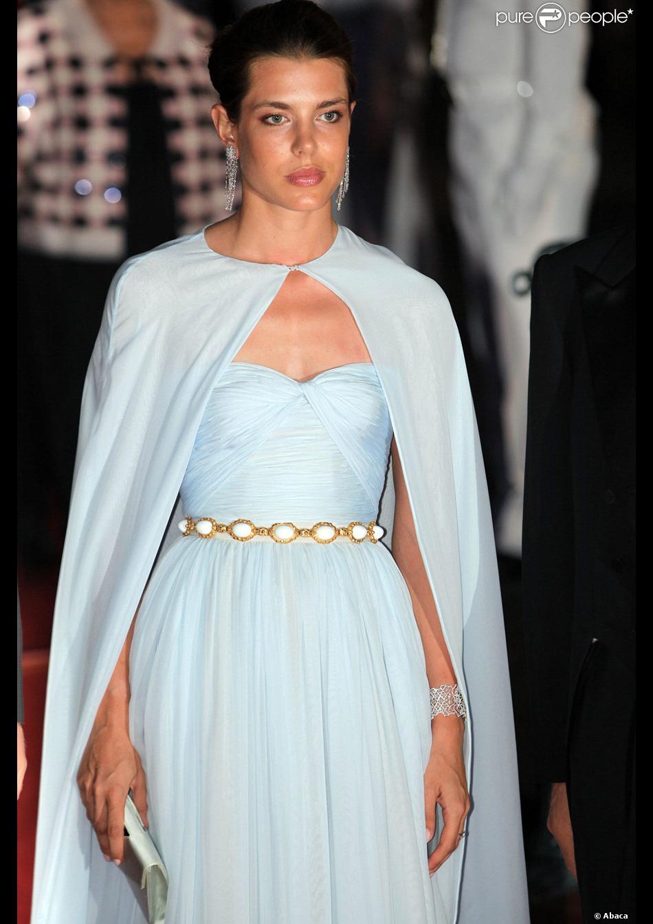 meilleur service 715c2 f1866 Charlotte Casiraghi capée et dans une superbe robe longue ...