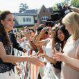 Au matin du 10 juillet, de nombreux fans étaient rassemblés devant la résidence du consul général britannique à Los Angeles et ont acclamé la promenade improvisée de William et Kate.   Pour la dernière journée de leur visite officielle marathon en Amérique du Nord, le prince William et sa femme Catherine sont allés de détente en émotions, dimanche 10 juillet 2011...