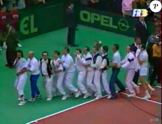 Victoire de la france la coupe davis 1991 lyon yannick noah et ses joueurs chantent saga - Coupe davis victoire france ...