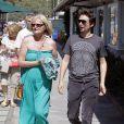 Matthew Bellamy se promène avec sa maman, le 4 juillet 2011.