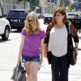 Amanda Seyfried se promène avec sa mère dans West Hollywood, le 8 juillet 2011
