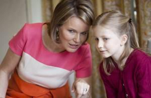 La princesse Mathilde complice avec sa petite princesse Elizabeth à béquilles