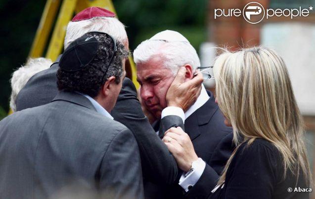 Mitch Winehouse, effondré pour l'ultime adieu à sa fille, le 26 juillet 2011. Il a prononcé un éloge funèbre touchant, racontant d'amusantes anecdotes de l'enfance d'Amy...   Les proches d'Amy Winehouse étaient rassemblés mardi 26 juillet 2011 au cimetière Edgwarebury, dans le nord de Londres, pour les funérailles et la crémation de la star décédée le 23 juillet.