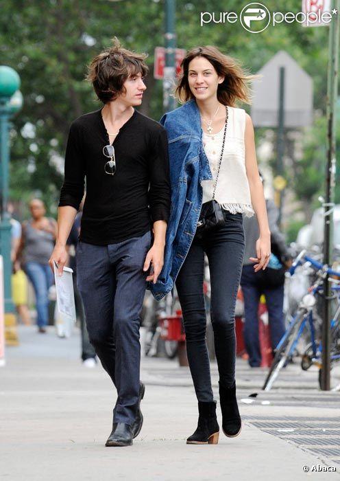 Alexa Chung et Alex Turner des Artic Monkeys en promenade dans les rues de New York en juin 2010