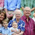 La reine Margrethe, une grand-mère comblée, avec son petit prince Vincent sur les genoux.   Au château de Grasten, résidence d'été de la famille royale de Danemark, la bonne humeur était au rendez-vous pour la séance photo des vacances, le 1er août 2011.   Autour de la reine Margrethe et du prince Henrik, le prince Frederik et la princesse Mary avec leurs quatre enfants (Christian, Isabella et les jumeaux Vincent et Joséphine) et le prince Joachim et la princesse Marie avec leurs trois enfants (Nikolai, Felix, Henrik) formaient une superbe ribambelle !