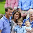 Le prince Joachim et la princesse Marie avec leur fils le prince Henrik, deux ans.   Au château de Grasten, résidence d'été de la famille royale de Danemark, la bonne humeur était au rendez-vous pour la séance photo des vacances, le 1er août 2011.   Autour de la reine Margrethe et du prince Henrik, le prince Frederik et la princesse Mary avec leurs quatre enfants (Christian, Isabella et les jumeaux Vincent et Joséphine) et le prince Joachim et la princesse Marie avec leurs trois enfants (Nikolai, Felix, Henrik) formaient une superbe ribambelle !
