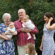 La reine Margrethe et le prince Henrik sont des grands-parents comblés, heureux de tenir les jumeaux Vincent et Joséphine dans leurs bras.   Au château de Grasten, résidence d'été de la famille royale de Danemark, la bonne humeur était au rendez-vous pour la séance photo des vacances, le 1er août 2011.   Autour de la reine Margrethe et du prince Henrik, le prince Frederik et la princesse Mary avec leurs quatre enfants (Christian, Isabella et les jumeaux Vincent et Joséphine) et le prince Joachim et la princesse Marie avec leurs trois enfants (Nikolai, Felix, Henrik) formaient une superbe ribambelle !