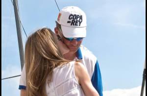 La radieuse Letizia d'Espagne félicite son Felipe avec de doux baisers