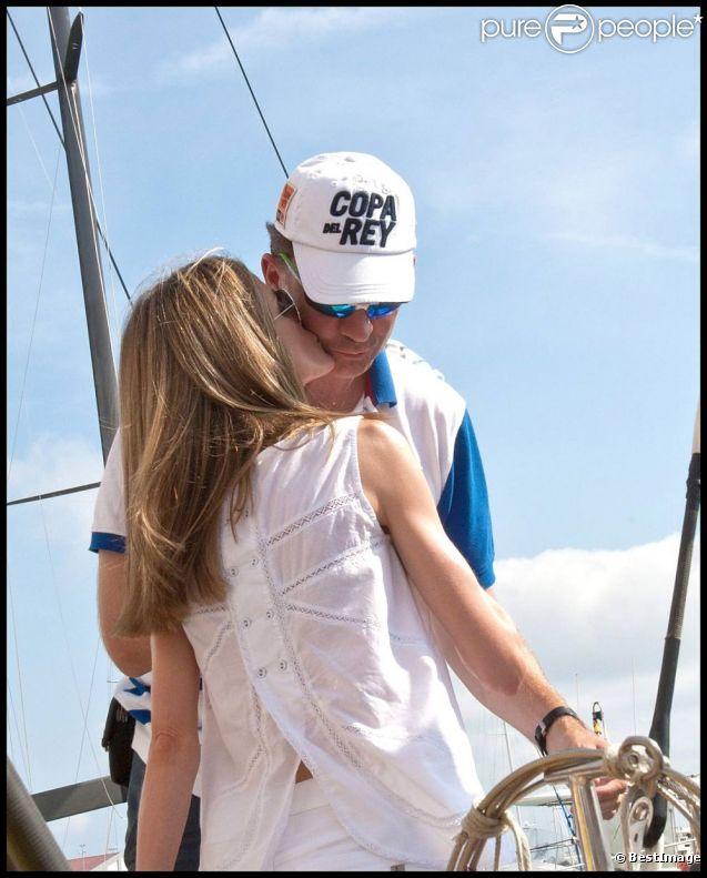 Letizia d'Espagne embrasse son Felipe lors de la dernière journée de la Copa del Rey, compétition de laquelle il a terminé 5e. Le 6 août 2011