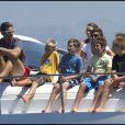 L'infante Elena, avec Felipe (13 ans) et Victoria (10 ans), aux côtés de l'infante Cristina d'Espagne, avec Iñaki Urdangarin, Juan (11 ans), Pablo (10 ans) et Miguel (9 ans). Maria Zurita est également avec eux sous le soleil. 6 août 2011