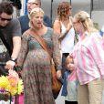 Tori Spelling se promène avec sa mère Candy et ses enfants, Liam et Stella, au Farmers Market à Los Angeles, le 7 août 2011
