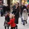 Angelina Jolie et ses filles Zahara et Shiloh en décembre 2010 à New York