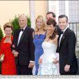 La famille royale de Norvège réunie à Madrid pour un dîner à la veille du mariage de Felipe d'Espagne et Letizia Ortiz.   Le 25 août 2011, le prince héritier Haakon de Norvège et la princesse Mette-Marit doivent célébrer leurs noces d'étain : 10 années d'un mariage et d'un amour parfaitement sereins, après des débuts controversés...