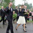 Juin 2006, tournée de la famille royale célébrant le centenaire du couronnement du roi Haakon VII.   Le 25 août 2011, le prince héritier Haakon de Norvège et la princesse Mette-Marit doivent célébrer leurs noces d'étain : 10 années d'un mariage et d'un amour parfaitement sereins, après des débuts controversés...