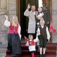 17 mai 2007, fête nationale norvégienne à Skaugum, à Asker.   Le 25 août 2011, le prince héritier Haakon de Norvège et la princesse  Mette-Marit doivent célébrer leurs noces d'étain : 10 années d'un  mariage et d'un amour parfaitement sereins, après des débuts  controversés...