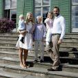 3 septembre 2007, en famille à Skaugum (Asker), avec Marius, le prince Sverre Magnus et la princesse Ingrid Alexandra.   Le 25 août 2011, le prince héritier Haakon de Norvège et la princesse  Mette-Marit doivent célébrer leurs noces d'étain : 10 années d'un  mariage et d'un amour parfaitement sereins, après des débuts  controversés...