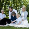 19 juillet 2009, traditionnelle séance photo en famille à la résidence d'été de Flatholmen.   25 août 2001- 25 août 2011 : le prince héritier Haakon de Norvège et la princesse Mette-Marit doivent célébrer leurs noces d'étain : 10 années d'un mariage et d'un amour parfaitement sereins, après des débuts controversés...