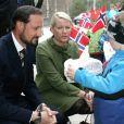 Le 14 avril 2009, visite dans un centre de soins.   25 août 2001- 25 août 2011 : le prince héritier Haakon de Norvège et la princesse Mette-Marit doivent célébrer leurs noces d'étain : 10 années d'un mariage et d'un amour parfaitement sereins, après des débuts controversés...