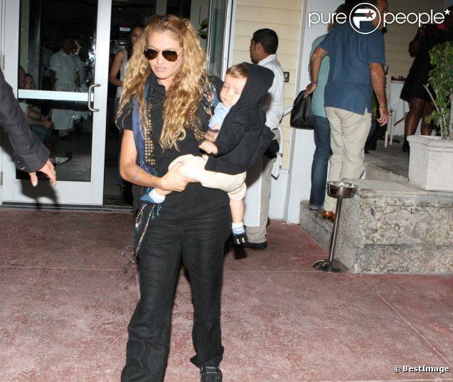 Paulina Rubio et son fils à Miami. La chanteuse et son bébé sortent du restaurant, le 22 août 2011.