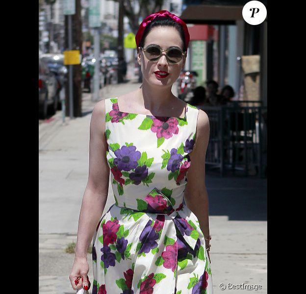 Dita Von Teese toujours lookée même pour un simple déjeuner avec un ami ! Los Angeles, 24 août 2011