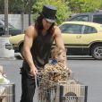 Jason Momoa fait des courses avec son fils Nakoa-Wolf à Los Angeles le 11 août 2011