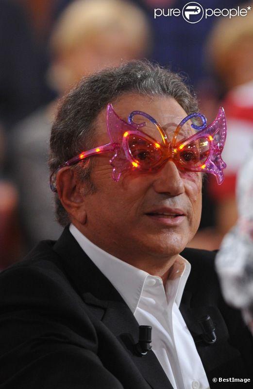 Michel Drucker et ses lunettes ridicules lors de l'enregistrement de Vivement Dimanche avec Charles Aznavour, à Paris, le 31 août 2011